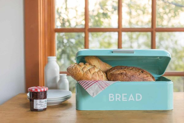 How cute is this turquoise bread box? I need this in my kitchen!
