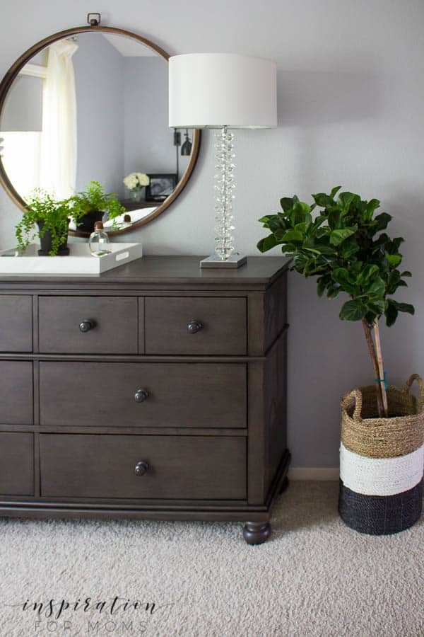 A 90's bedroom makes a jump into modern decor with a simple but elegant makeover.Come see this master bedroom makeover reveal!