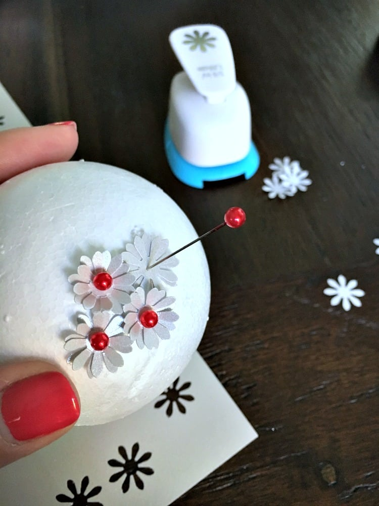 Easily create this elegant amaryllis Christmas ornament for your beautiful tree this holiday season. The full do-it-yourself tutorial is included!