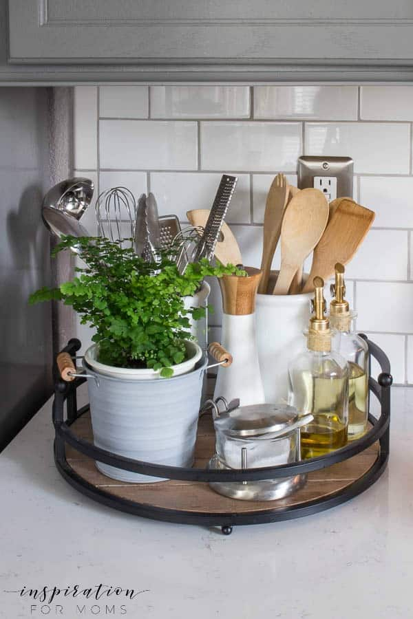 Organize your kitchen easily with a simple tray and a few accessories!
