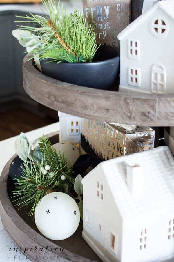 Discover how to easily decorate a farmhouse tray for Christmas in a few simple steps.
