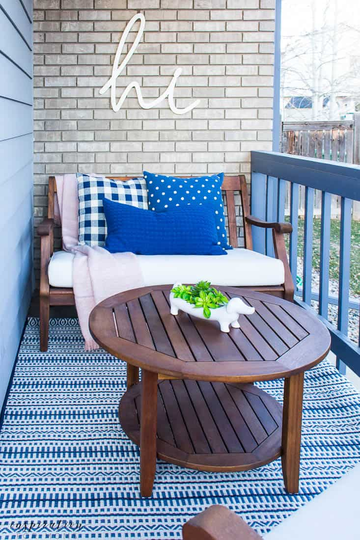 five easy tips to get your front porch spring ready navy pillows blush pink navy outdoor rug