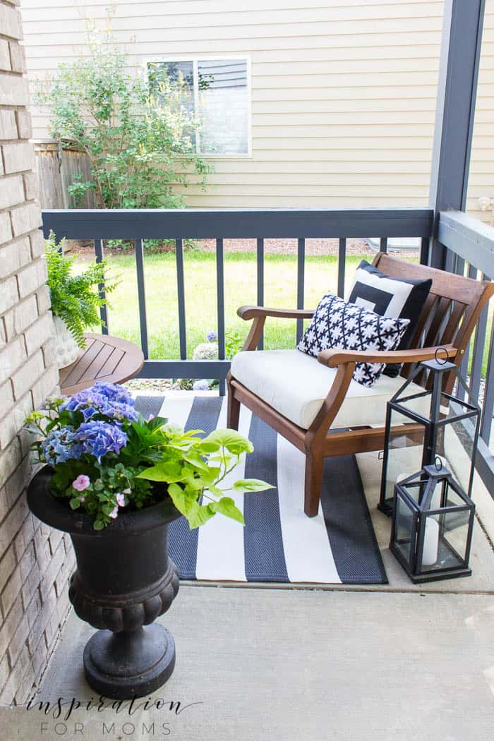 Looking for some easy summer porch decor ideas? Create a beautiful, relaxing retreat with the classic colors; black and white.