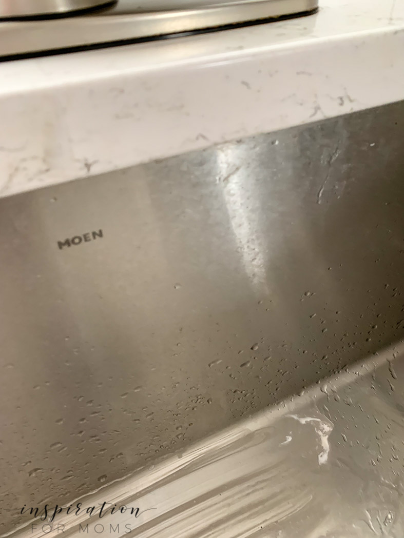 dirty farmhouse sink that need to get clean