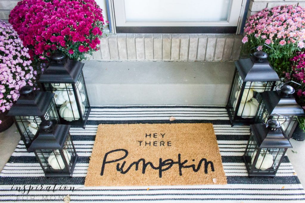 Let me show you how decorating the front porch for fall is as easy as drinking a pumpkin spiced latte! #fallporch #fallfrontporch #falldecor #mums #pumpkins