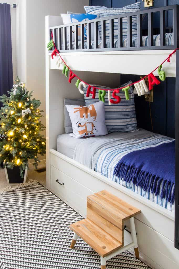 A boys Christmas bedroom get festive for the season with simple touches of green and white.#boyschristmasbedroom #christmasdecor #christmasdecorating