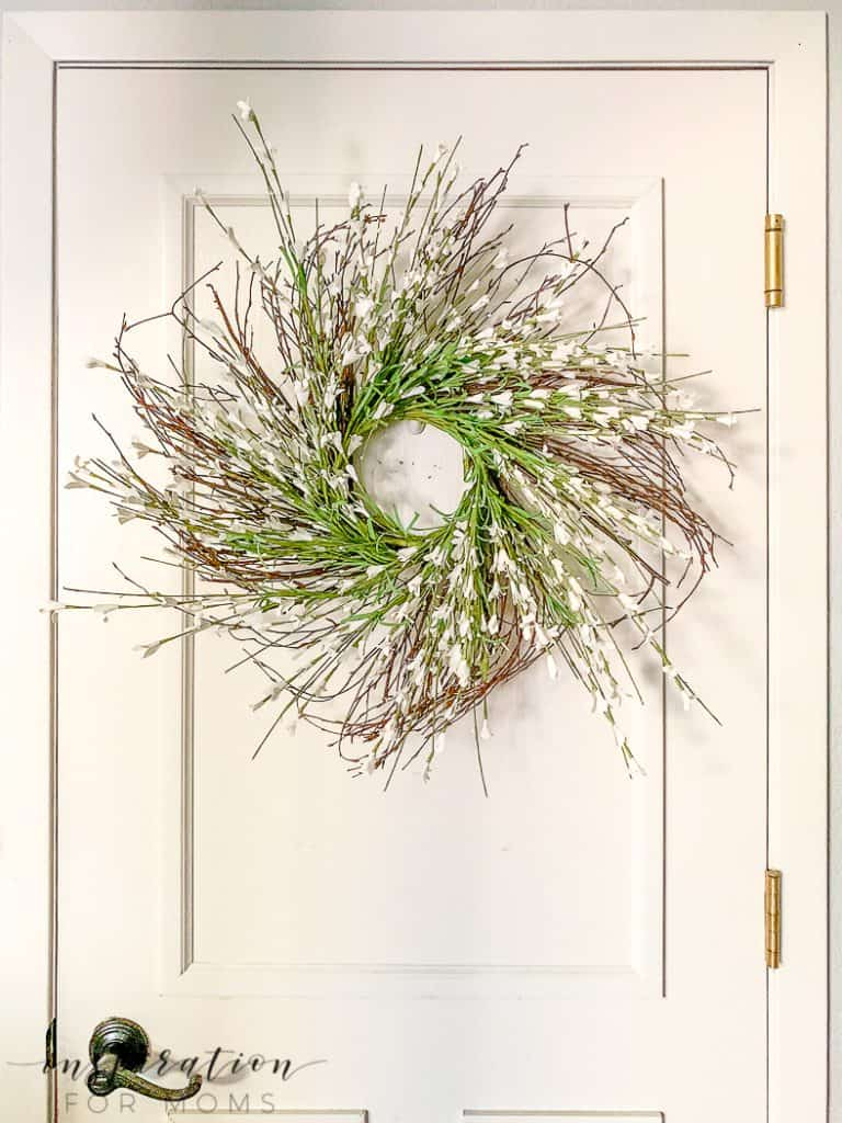 Add a simple touch of spring to your home decor this season with my oh-so-easy starburst forsythia wreath. #springwreath #forsythiawreath #diywreath