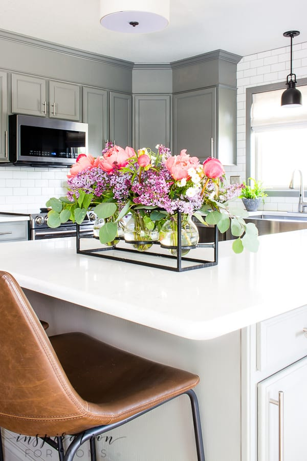 Add some sweet fragrance to your home with this easy peony and lilac arrangement!#peonylilacarrangement #peony #lilac #springpeonies #peonies