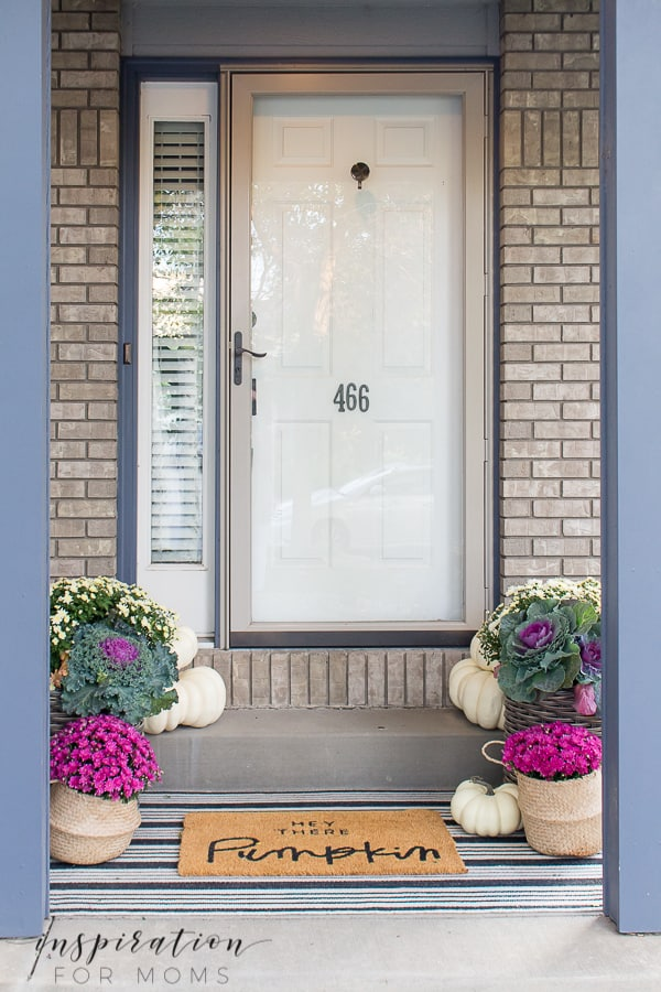 Simple decorating ideas to help you decorate your fall front porch or dining room! #fallporchdecor #falldiningroomdecor #falldecor #fallmums