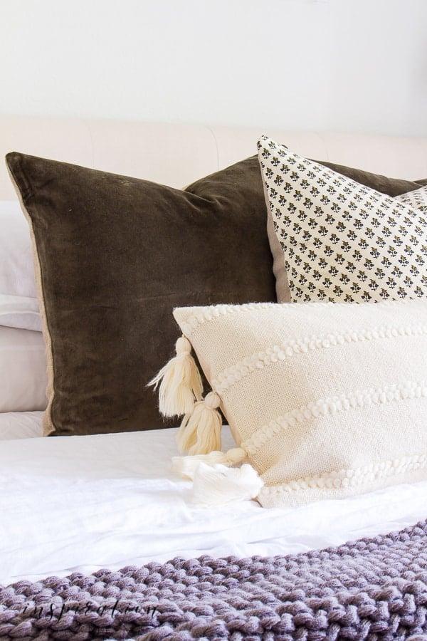 Simple fall touches in the bedroom help create a lovely, cozy retreat. #fallbedroom #falltouchesinthebedroom #falldecor #falldecorideas