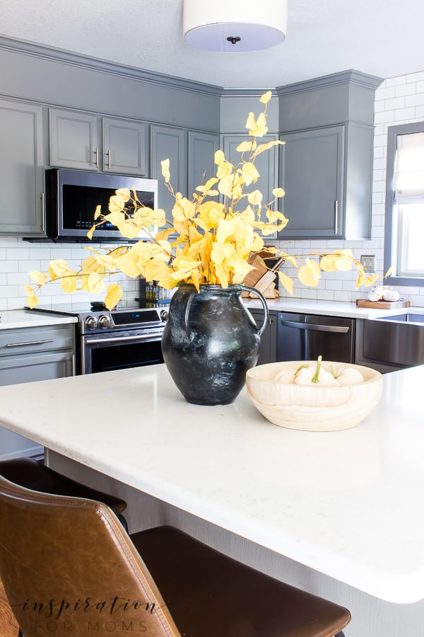 Come see how little touches of gold help create a beautiful feel of fall in the kitchen! #fallkitchen #fallhometour #fallhomedecor #falldecor