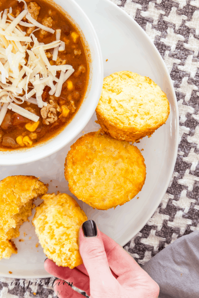 Take your chili game to the next level with these cheddar cheese cornbread muffins. Perfect when you're craving comfort food! #cornmuffins #cheesecornbread #muffins