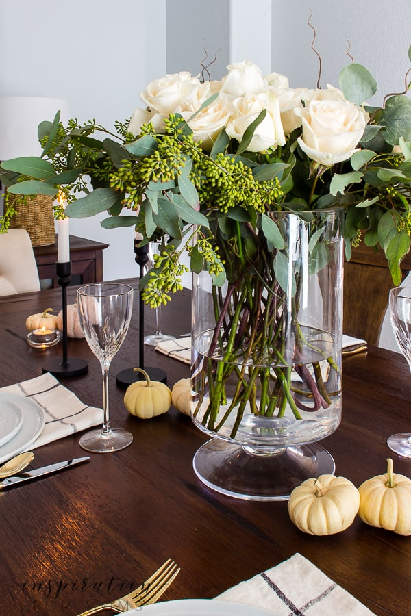 Be the hostess with the mostess! Here are my best tips for hosting Thanksgiving dinner with your family and friends. #hostingtip #thanksgiving #thanksgivingdinner #hostingthanksgiving