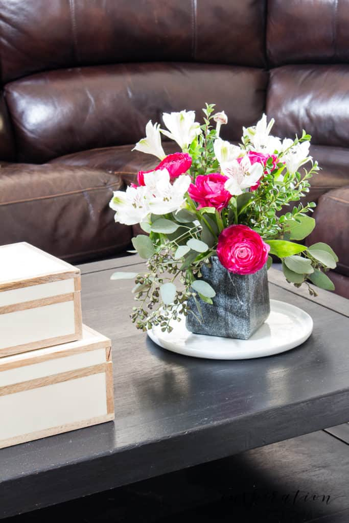 See how easy it is to bring spring in the home with this fun spring home tour! #springhometour #hometour #springdecor #springhomedecor