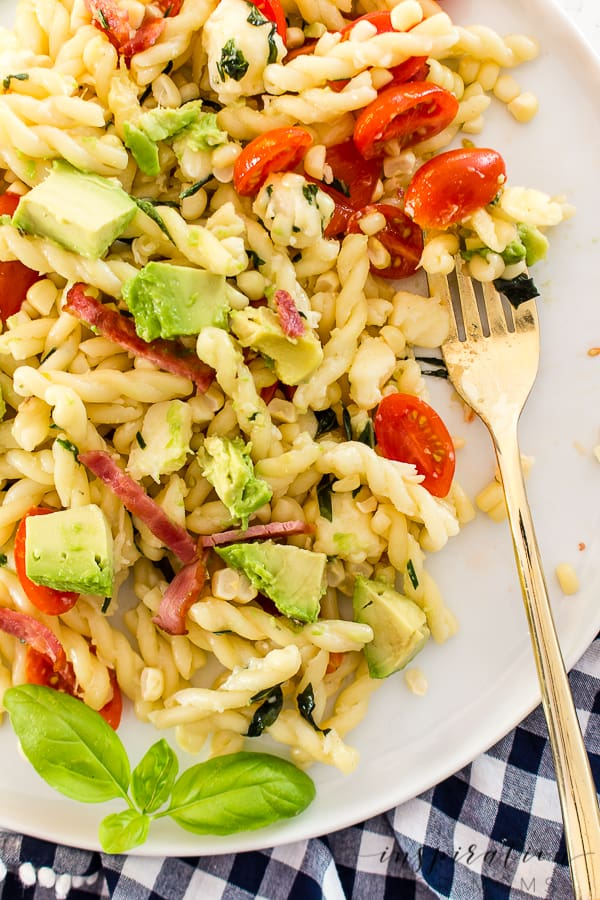 Stay cool and full this summer with this easy summer avocado, bacon, corn and tomato pasta salad. #pastasalad #summersalad #easyrecipe
