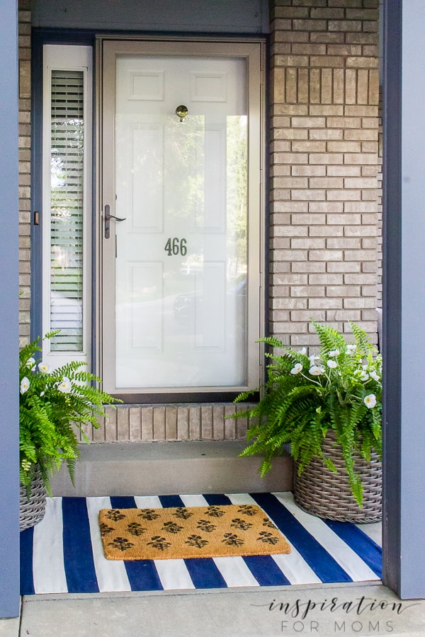 Dressing up your front door for summer is so easy with these gorgeous poppy and fern front door planters! #frontdoorplanters #frontdoordecor