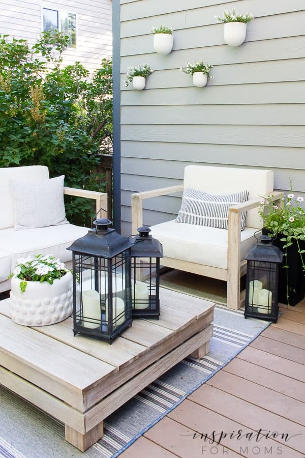 It's summer and everyone wants to live outside. So I've put together some of my best tips for outdoor entertaining! outdoor lounge area on backyard deck