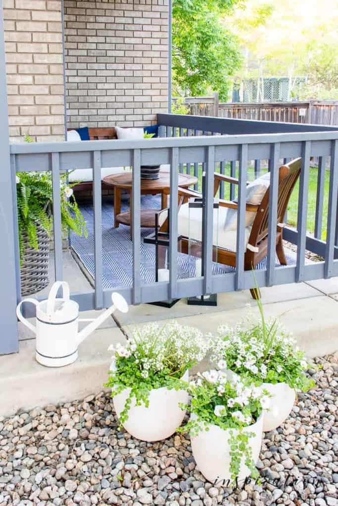 It's summer and everyone wants to live outside. So I've put together some of my best tips for outdoor entertaining! side seating area of front porch