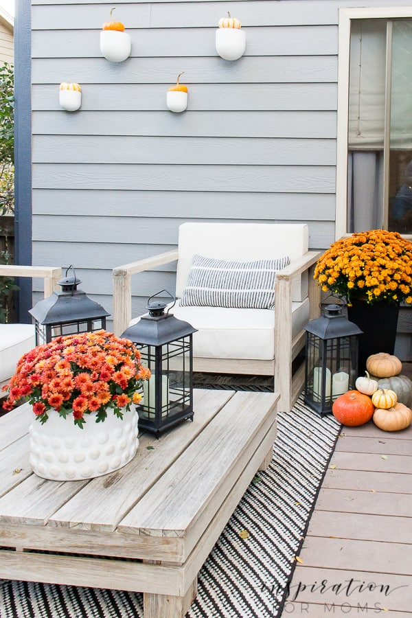 Celebrate the fall season with these easy outdoor fall decorating ideas! #falldecorating #falldecoratingideas #falloutdoordecor